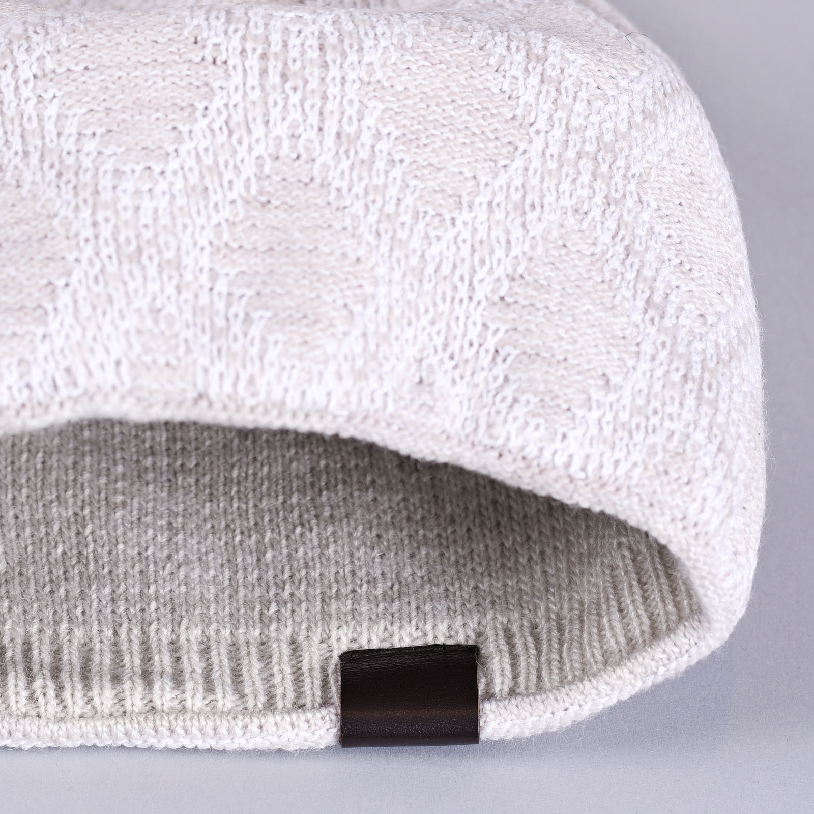 CP-01046-D16-2-bonnet-femme-tendance-beige-et-blanc