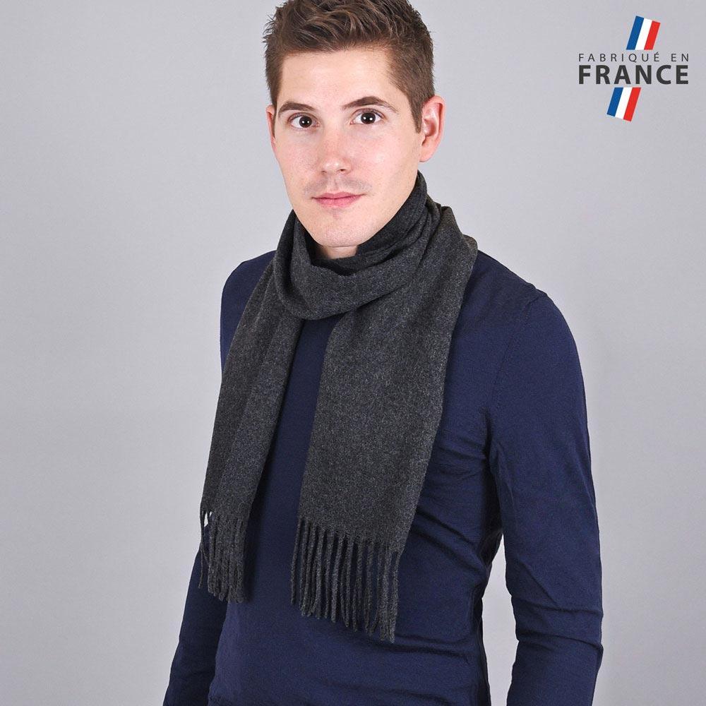 AT-03245-VH10-LB_FR-echarpe-homme-a-franges-gris-anthracite-fabrication-francaise