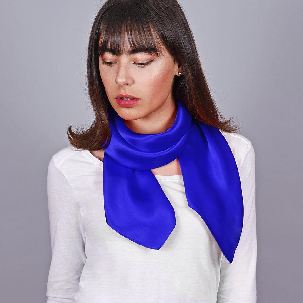 AT-03977-VF10-carre-soie-bleu-uni