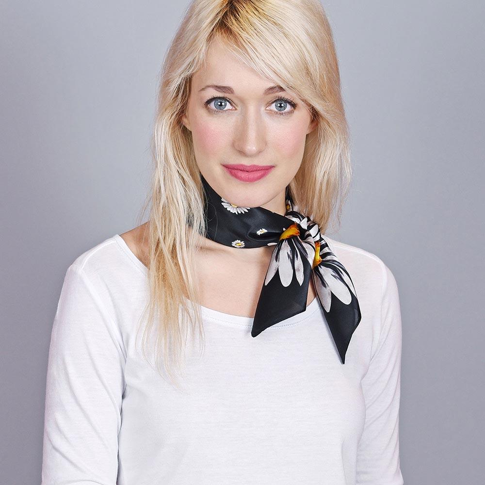 AT-04432-VF10-foulard-soie-marguerites-noir
