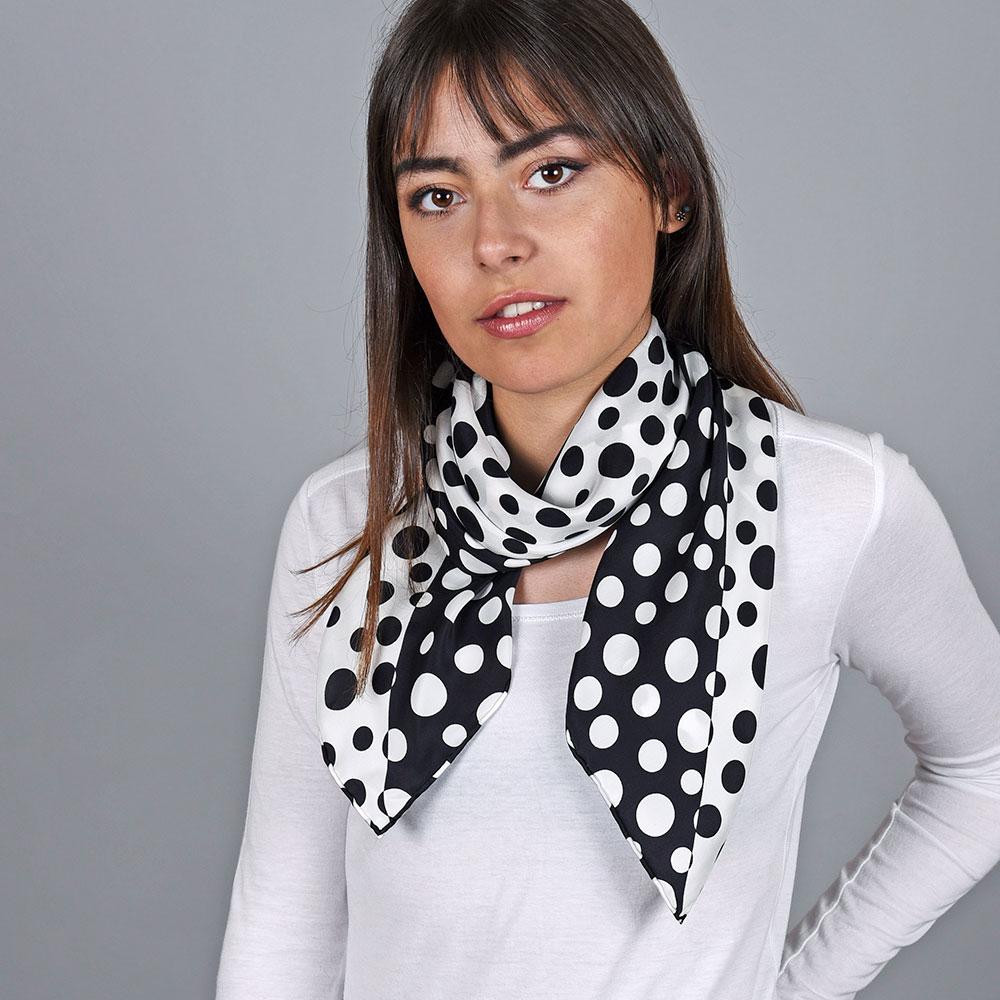 AT-04731-VF10-1-foulard-carre-soie-pois-noir