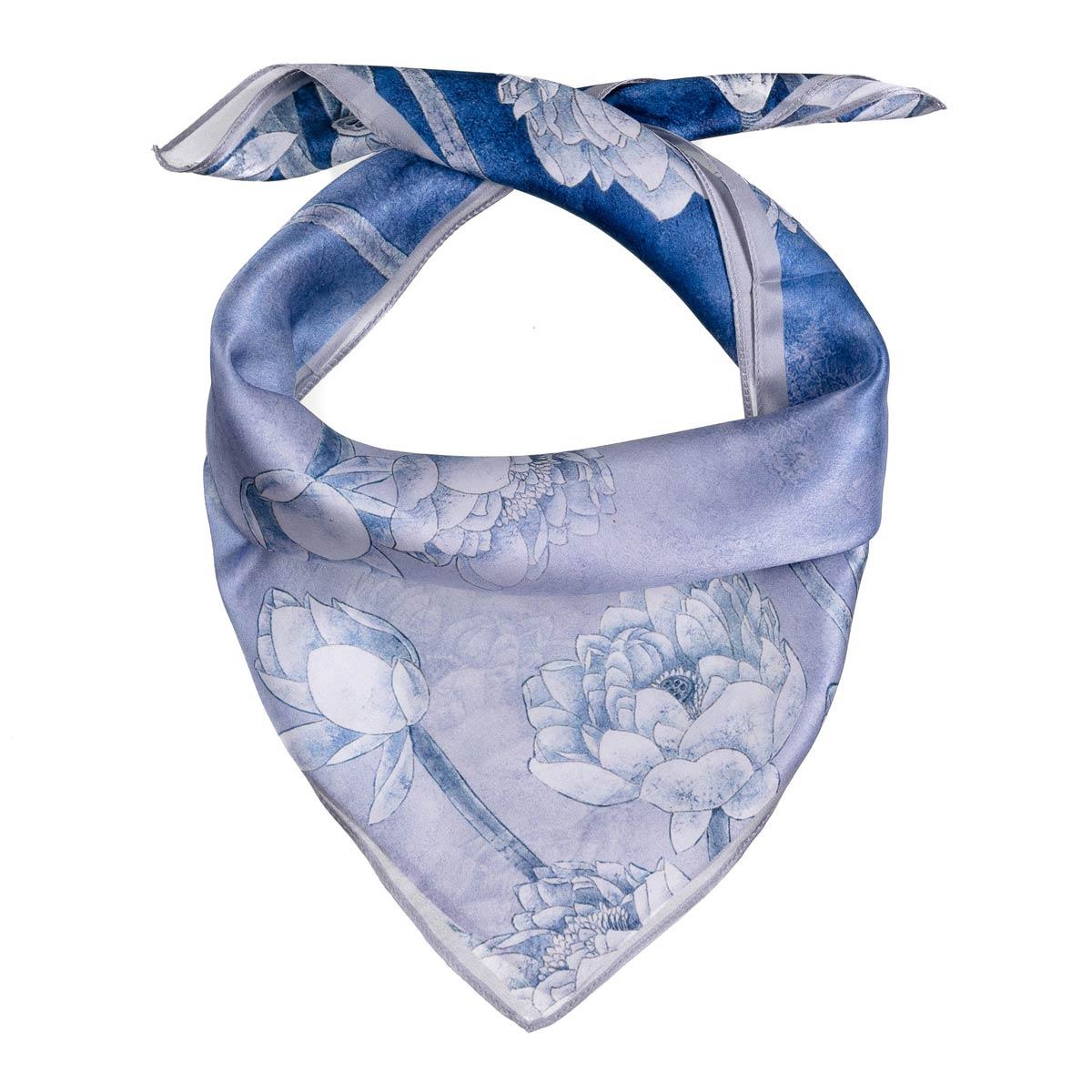 AT-06277-F12-carre-soie-femme-oeillets-bleu