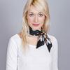 AT-04432-VF16-foulard-soie-marguerites-noir