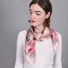 AT-04408-V16-carre-soie-floral-roses-pales