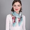 AT-03892-turquoise-V16-grand-carre-soie-roses-sur-bleu