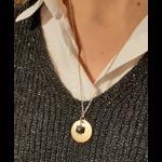 collier-medaille-25mm plaque-or-pierre de sable-alex-dore-graver-personnalise-cadeau-naissance-mariage-anniversaire-fete-mere-mannequin