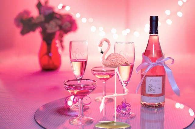 Décoration de table féminine avec un flamant rose