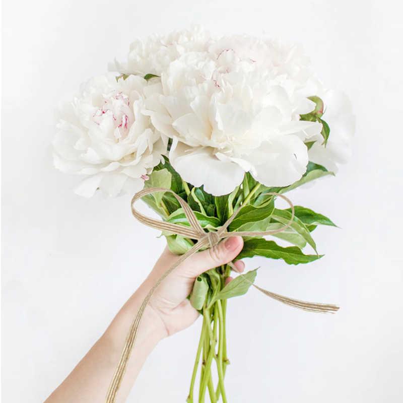 Idée pour décorer un bouquet de mariée avec du ruban toile de jute naturelle