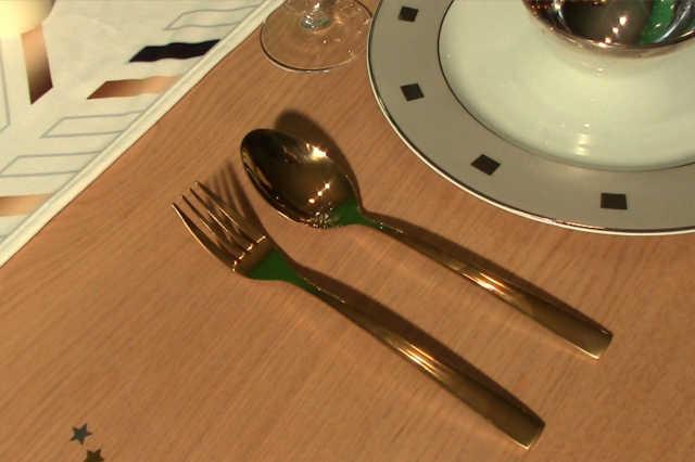 Décoration de table avec des couverts de table dorés