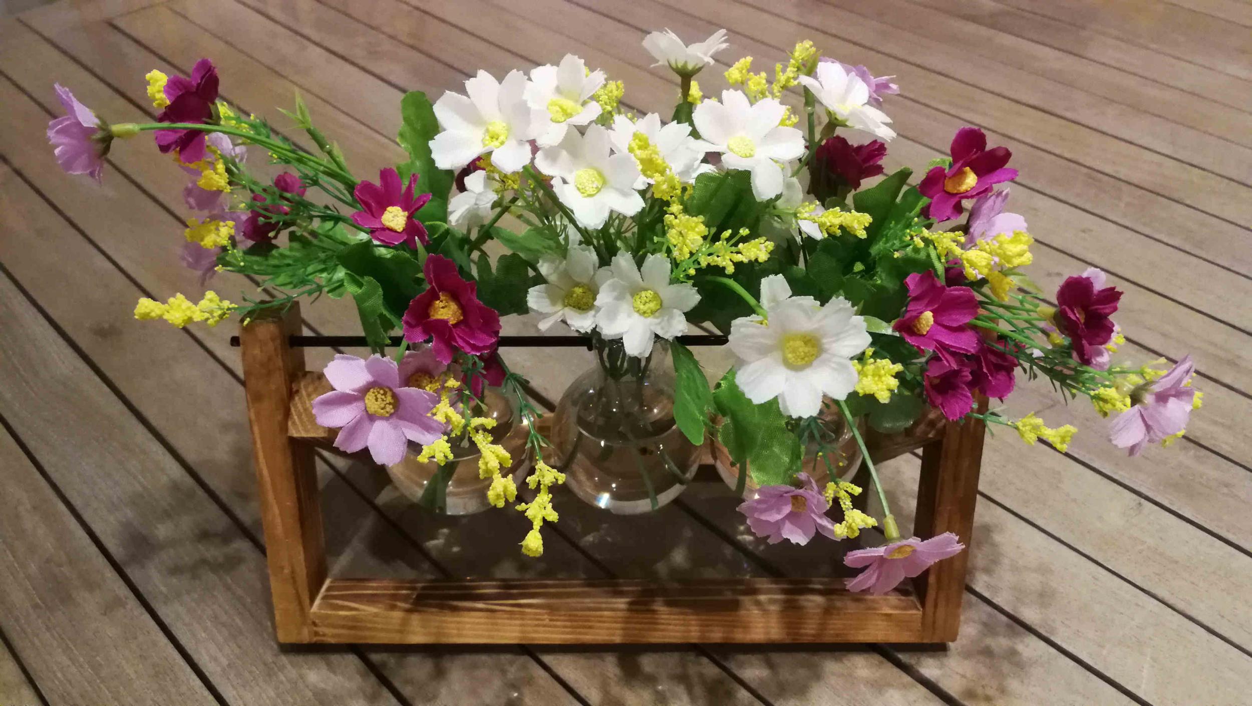 Centre de table avec un vase déco de table et des fleurs champêtres