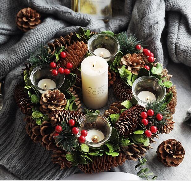 décoration de table avec une couronne de Noël en pommes de pin