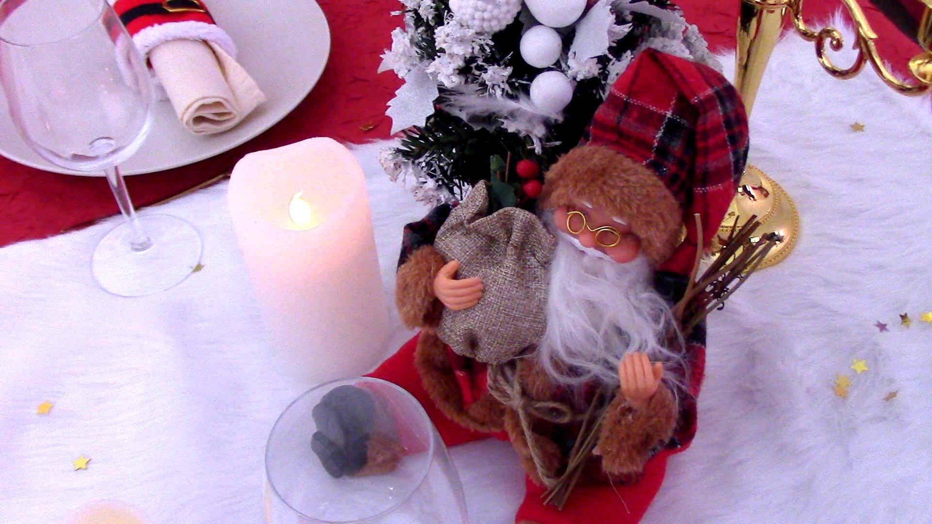 Centre de table Noël chic avec décoration Père Noël assis