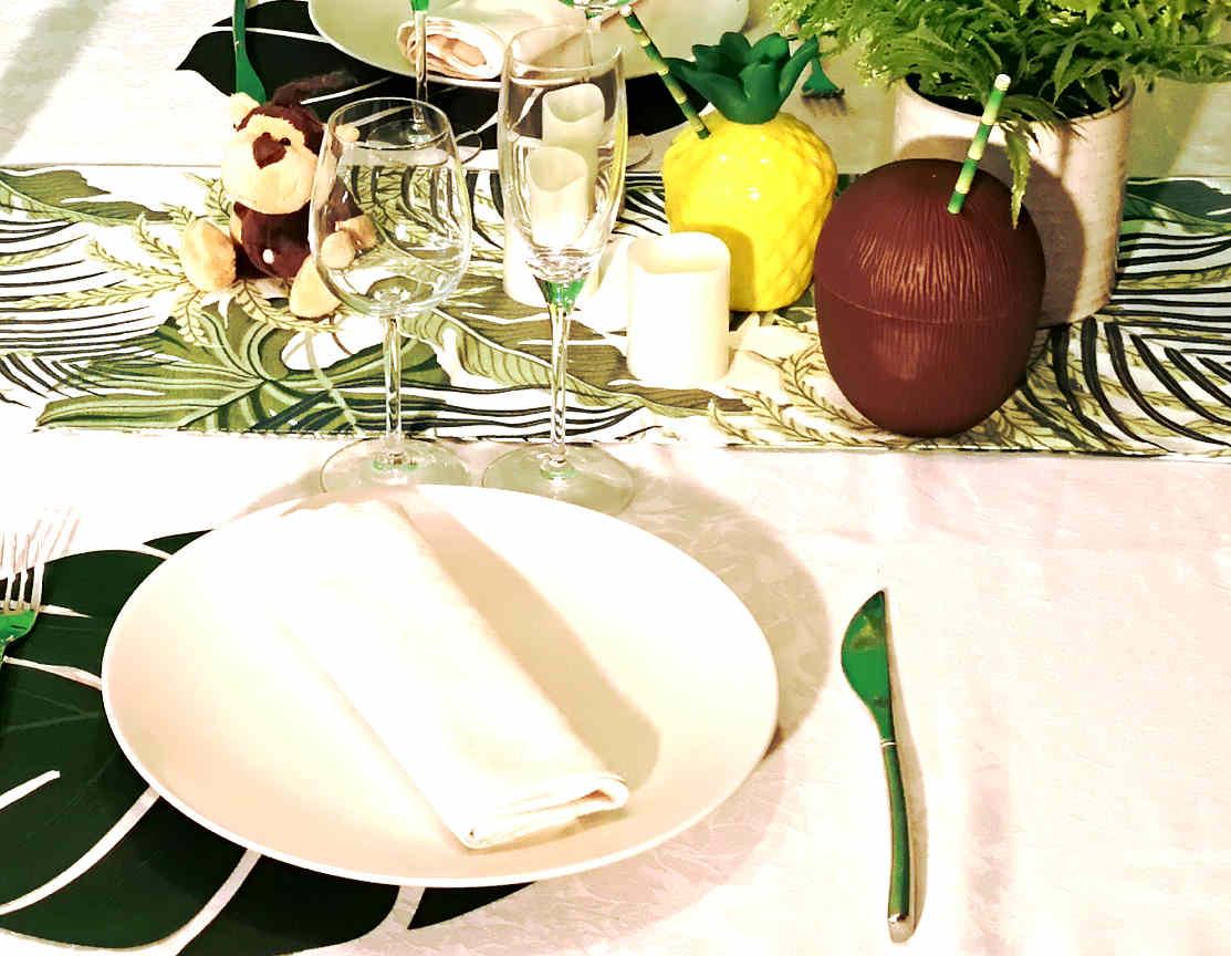 Décoration de table anniversaire jungle avec tasse noix de coco et ananas
