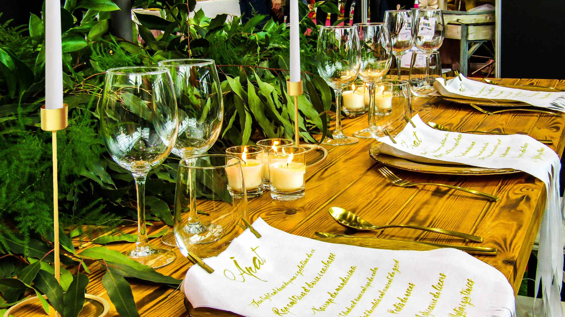 Idée de décoration de table mariage or avec des bougeoirs dorés sur pied