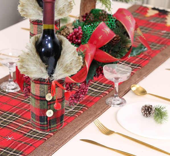 Comment harmoniser une décoration de bouteille manteau écossais avec un chemin de table Noël écossais