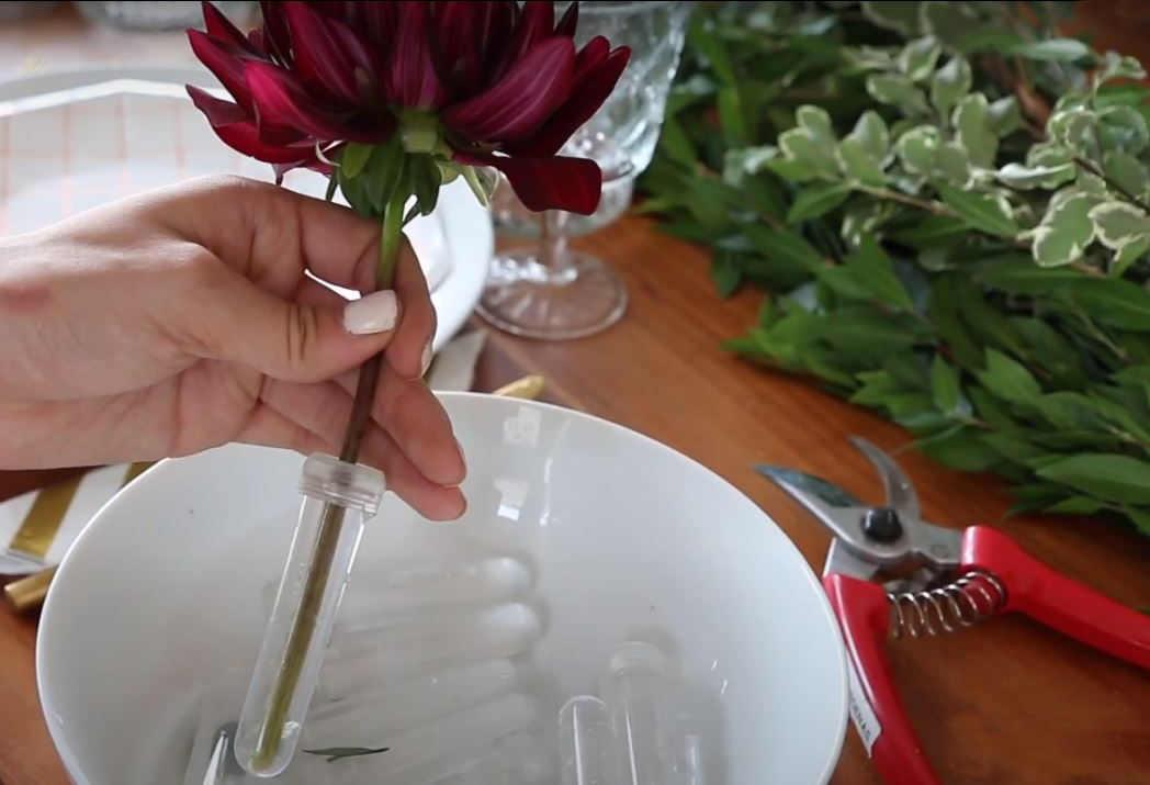 Comment réaliser une décoration de table avec des fleurs naturelles ?