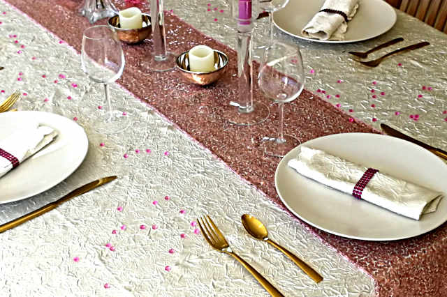Exemple de décoration de table glamour chic avec un chemin de table sequin rose doré
