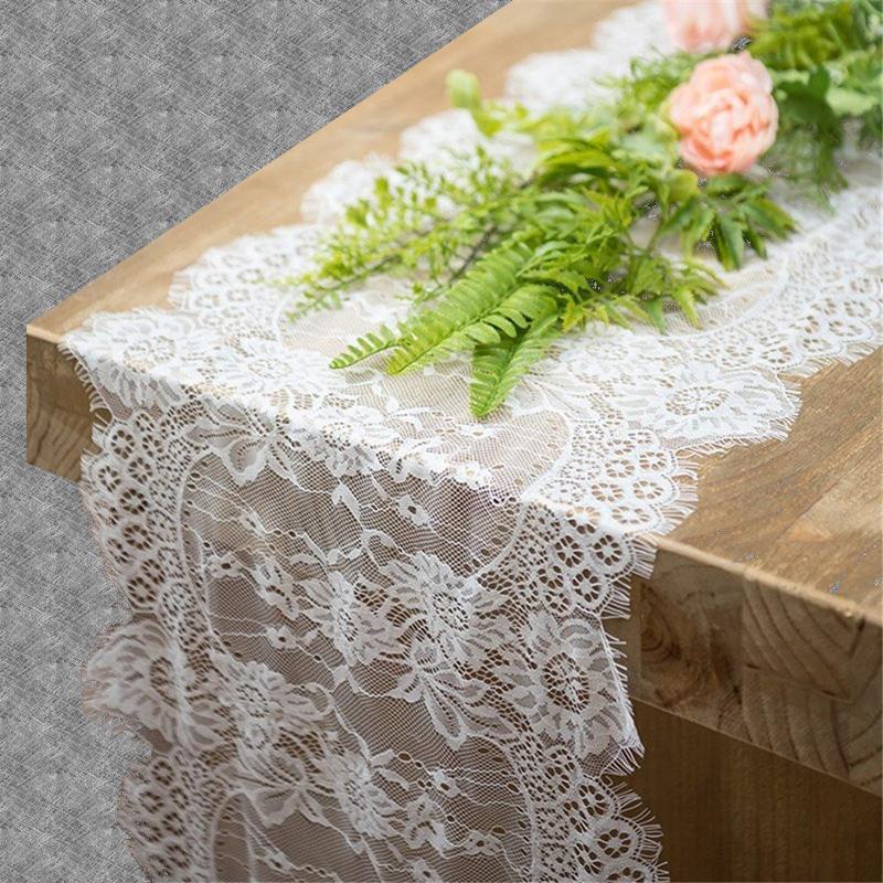Chemin de table en dentelle blanche fleurie