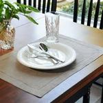 serviettes-de-table-en-lin-gris-decoration-table