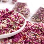 petales-de-fleurs-sechees-naturelles-decoration-de-table