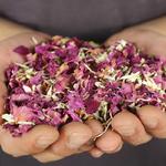 petales-de-fleurs-sechees-naturelles-decoration-de-table-confettis