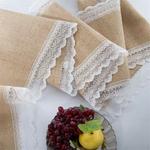 chemin-de-table-toile-de-jute-pour-mariage-champetre-dentelle-blanche