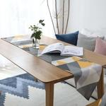 chemin-de-table-scandinave-jaune-et-gris-voyage