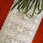 chemin-de-table-au-crochet-avec-des-fleurs-blanc