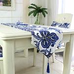 chemin-de-table-avec-arabesques-motifs-bleu