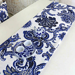 chemin-de-table-avec-arabesques-bleu-blanc