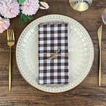serviette-de-table-a-carreaux-marron-blanc