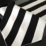 chemin-de-table-rayure-noir-et-blanc-moderne