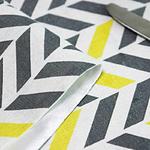 chemin-de-table-chevron-jaune-et-gris-tissu