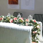 Chemin-de-table-en-fleurs-artificielles-roses