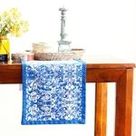 chemin-de-table-arabesque-bleu-sur-table