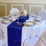 chemin-de-table-satin-bleu-roi-mariage