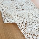chemin-de-table-au-crochet-pour-noel-moderne-blanc