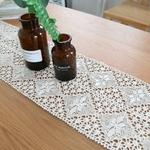chemin-de-table-au-crochet-pour-noel-moderne