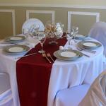 chemin-de-table-satin-bordeaux-mariage