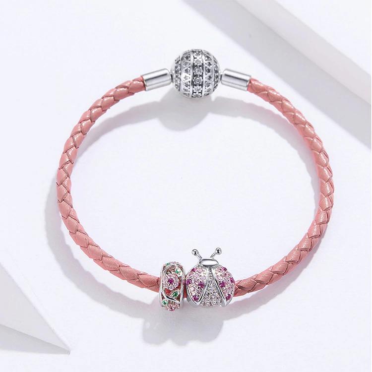 Bracelet rose et ses charms