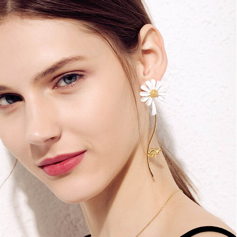 Boucles d\'oreilles marguerites asymétriques